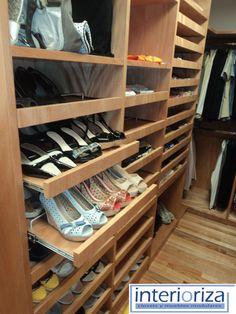 Los closets de Interioriza ofrecen una mezcla de componentes y accesorios innovadores para satisfacer sus necesidades, dándole a cada prenda un lugar específico.