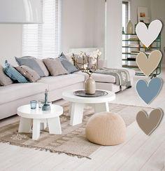 Rustige lichte kleuren met veel rechte lijnen die worden gebroken door de ronde salontafels.