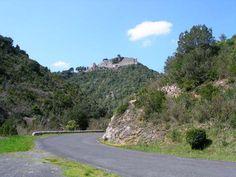 Le château de Termes fut une des plus puissantes forteresse de son époque. Il se trouve en effet disposé au sommet dun promontoire rocheux aux falaises impressionnantes : le château est gardé par les gorges du Terminet; les vues depuis le sommet du château de Termes portent loin sur les paysages des Corbières