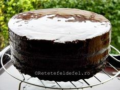 glazura oglinda Mirror Glaze Cake, Creme Caramel, Tasty, Yummy Food, Food Cakes, Cookies And Cream, Confectionery, Chocolate Cake, Fondant