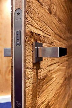 Stoere #binnendeur met echt #hout..  Wij leveren en plaatsen dit soort deuren