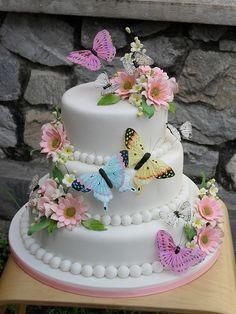 tort pentru nunta elegant cu flori si fluturi