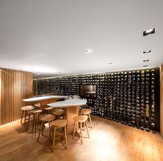 El distribuidor de vinos Mistral presentó una tienda que innova la forma como los clientes se acercan al mundo del vino. La mayoría de sus ventas se realizan a través de Internet, por ello hemos concebido un espacio que presenta el vino en una forma lúdica, lo que justifica la presencia física del cliente atrayendo tanto a los nuevos clientes como a los conocedores.