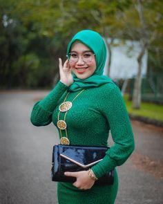 Hijab Teen, Girl Hijab, Beautiful Muslim Women, Beautiful Hijab, Beautiful Christina, Muslim Women Fashion, Hijab Chic, Hijab Niqab, Fashion Photography Poses