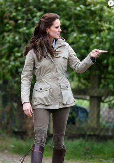 Kate Middleton, duchesse de Cambridge, visitait avec des élèves et enseignants d'une école primaire de Vauxhall une ferme à Arlingham, dans le Gloucestershire, avec l'association Farms For City Children, le 3 mai 2017.