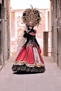 Elegant dress and headdress in coral, gold and black ~ Carnevale - Venezia by Giulio Annibali Venetian Costumes, Venice Carnival Costumes, Mardi Gras Carnival, Venetian Carnival Masks, Mardi Gras Costumes, Carnival Of Venice, Carnival Dress, Venice Carnivale, Venice Mask