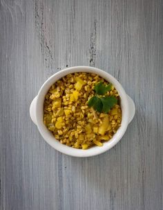 Non un normale risotto, ma un risotto preparato con l'orzo, quindi un orzotto. Una delle preparazioni tipiche dell'orzotto richiede di utilizzare gli spinaci come ingredienti di base per il condimento, ma possiamo preparare l'orzotto con gli ingredienti che preferiamo e in base alla stagionalità dei prodotti.
