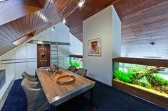 salle à manger sous les combles avec un grand aquarium ultra moderne