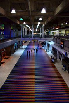 Cromointerferencia de color aditivo - Carlos Cruz Diez  Aeropuerto Internacional de Maiquetía Simón Bolívar (CCS, Vzla)