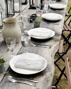 Die naturbelassene Echtholzplatte ist Deko genug - wooden table. #tischdeko
