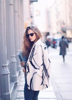 Our oversized XO printed cocoon coat looks stunning on model Clara Alonso as she walks the streets of New York City. This coat is the perfect piece to top off your favorite fall or winter outfit as the temperatures drop Sweet Style, My Style, Clara Alonso, Maria Clara, Modern Outfits, Classy And Fabulous, Play Dress, Looking Stunning, Dress Codes