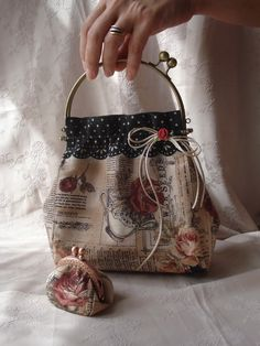 .bolso boquilla insp Diy Bags Patterns, Purse Patterns, Book Purse, Quilted Gifts, Frame Purse, Craft Bags, Denim Bag, Fabric Bags, Vintage Purses