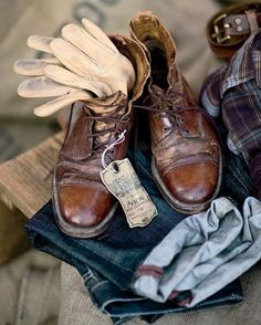 One can understand a lot by looking at a man's shoes; It is not enough that they are beautiful, because it is the cure of them that reveals one's true love. We offer an exclusive service that makes them unique as you.Dandy Shoe Care is known all over as a specialist in the handmade coloring of footwear. Alexander Nurulaeff, thanks to his background as a painter, after years spent studying materials and the meticulous learning of artistic coloring and leather treatment, has brought the Pati