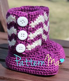 Classy Crochet Patterns: Chevron Baby Booties pattern by Rebecca PatternMa Crochet Baby Boots, Crochet Slippers, Cute Crochet, Crochet For Kids, Crochet Crafts, Crochet Projects, Knit Crochet, Crotchet, Crochet Granny