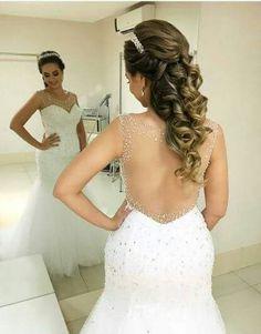 Modelo sereia e detalhe costas e penteado