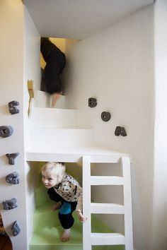 It is a challenge to design a small room, specially for a child. I found today this amazing room, for two boys. So funny and sweet. designed by Kalle Thesbjerg, from Denmark. Awesome Bedrooms, Cool Rooms, Kid Beds, Bunk Beds, Secret Rooms, Cool Beds, Dream Rooms, Kid Spaces, My New Room