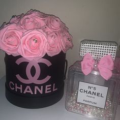 Chanel Decor, Chanel Chanel, Flower Box Gift, Flower Boxes, Glitter Projects, Diy Projects, Glory Quotes, Chanel Bedroom, Personalised Gifts Diy