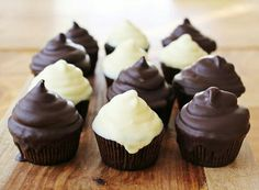 This is such a good idea; to dip frosted cupcakes into melted chocolate! #cupcakes #cute #chocolate