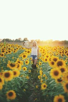 I love sunflower fields for photos. Senior Photography, Summer Photography, Amazing Photography, Photography Women, Forensic Photography, Gardening Photography, Photography Music, London Photography, Photography Ideas