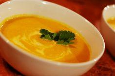 *mrkvovo-zázvorový zázrak*   Veľmi rada skúšam aj trošku menej tradičné recepty. Keď som objavila mrkvovo-zázvorovú polievku, hneď som vedela, že ju musím vyskúšať. Jednak preto, že zeleninové polievky máme doma naozaj veľmi radi, a tiež preto, že zbožňujem tú pikantno-sladkú chuť a vôňu zázvoru.
