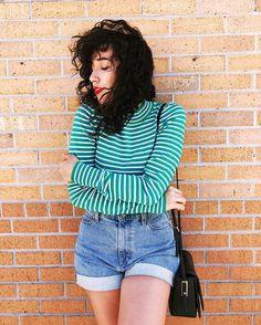 Bruna Vieira veste camiseta listrada de manga longa e short jeans.