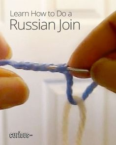 Want to join two colors of yarn seamlessly for your next crochet/knitting project? This lesson shows you how to do the Russian join in four easy steps. Crochet Patron, Knit Or Crochet, Learn To Crochet, Crochet Crafts, Russian Crochet, Yarn Crafts, Loom Knitting, Knitting Stitches, Knitting Patterns