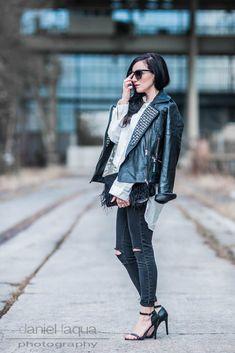 Outfit mit schwarzer Lederjacke mit silbernen Nieten, ripped skinny Jeans, High Heels, Sonnenbrille aus Holz von Woodzee | Streetstyle | Julies Dresscode Fashion Blog | https://juliesdresscode.de