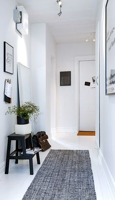 Do you to make your long narrow entryway or hallway appear bigger? These narrow entryway ideas will help your entryway make a strong first impression. Decoration Hall, Decoration Entree, Hallway Inspiration, Interior Inspiration, Interior Ideas, Black And White Hallway, White Walls, White Rug, Black White