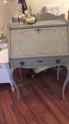 Chalk Painting furniture is super easy to do. Lisa Weaver created this beauty with Dixie Belle's newest color Savannah Mist/Drop Cloth with a grunge Glaze.