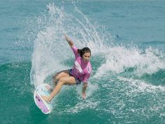 As mulheres invadiram o mar. E não foi para dar um simples mergulho. O que elas querem mesmo é surfar. Elas sempre estiveram presentes no surf, mas em um número menor comparado aos homens. Com o passar dos anos houve uma mudança: com a explosão de dois campeões mundiais brasileiros, cresceu o interesse feminino pelo esporte