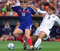 Fajnie czasami powspominać, czyli pojedynek dwóch legendy • Fabio Cannavaro i Zinedine Zidane podczas Euro 2000 • Wejdź i zobacz >> #zidane #cannavaro #football #soccer #sports #pilkanozna