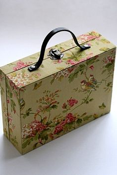 Cartonnage : a serene life Decoupage Suitcase, Cardboard Suitcase, Cardboard Paper, Decoupage Vintage, Cardboard Crafts, Packaging Box, Cigar Box Purse, Diy Storage Boxes, Pretty Box