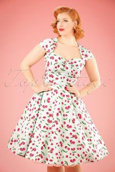 Dieses 50s April Cherry Swing Dress wird das Sahnehäubchen für deine retro Kleider-Kollektion sein!Wir können uns einfach nicht satt sehen an diesen niedlichen Kirschen; das ultimative Retro-Muster! Mit einem hübschen Top mit einer eleganten Sweetheart-Halslinie, Raffungen am Busen und kurzen, überschnittenen Ärmeln. Ab Taille hat das Kleid einen schwungvollen Swingrock für die typische 50s Silhouette. Hergestellt aus einem pr&am...