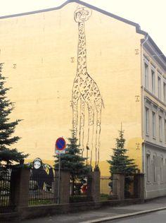 """Den """"kompiecen"""" her er et must i en Street Art mappe. Komposisjonen er enkel, men såpass surealistisk at selvom E.T skræver over en giraff og blir til E.Traff så er det på en måte """"innafor"""". Mye humor og orginalitet her på Møllergata skole. Den banksy inspirerte apen nederst er muligens laget av hans norske motstykke Dolk. Street Art, Oslo, Rue, Giraffe, Graffiti, Louvre, Travel, Nature, Giraffes"""
