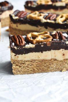 These desserts look Vegan + gluten free turtle bars. These desserts look absolutely amazing! These desserts look absolutely amazing! Sans Gluten Vegan, Dessert Sans Gluten, Vegan Dessert Recipes, Gluten Free Desserts, Healthy Desserts, Gluten Free Recipes, Gourmet Recipes, Healthy Cheesecake, Cake Recipes