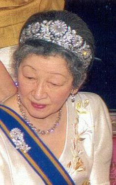 Imperial Chrysanthemum diamond tiara worn by Empress Michiko of Japan is comprised of a 16-petaled flower to symbolize the Imperial Seal of Japan. The monarchy is the Chrysanthemum Throne #EmpressMichiko #diamond
