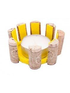 Original portavelas confeccionado con materiales reciclados, siendo el material principal tapones de vino. Se entrega con la vela. - La Taza Solidaria