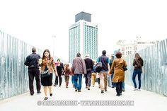 Wer den Taksim-Platz noch nicht kennt, für den habe ich ein paar Fotos von meinem Istanbul-Trip online gestellt. Damals noch ohne Krawall, weil bereits Anfang Mai entstanden. Stinknormaler Platz mit stinknormalem Park daneben - erinnert architektonisch etwas an sowjetischen Baustil. Menschen wie in Ehrenfeld oder Neukölln.