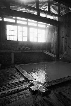 温泉 - Traditional Japan Hot Spring, popular in the same soothing way as a massage, except for soothing both your body and mind. Design Japonais, Japanese Hot Springs, Japanese Bath, Photo Awards, Saunas, Japanese Architecture, Yukata, Grand Tour, Japanese Culture