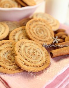 Spiral biscuits with almonds and cinnamon Desserts With Biscuits, No Cook Desserts, Cookie Desserts, Cookie Recipes, Biscuit Cookies, Yummy Cookies, Cupcake Cookies, Cupcakes, Cinnamon Cookies
