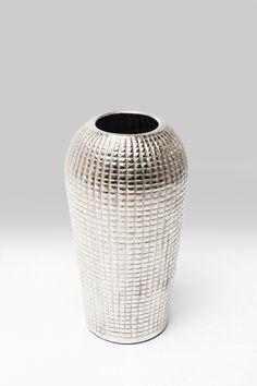 Mit besonders schickem Design überzeugt die Deko-Vase Cubes alu von Kare Design. Aus vernickeltem Aluminium gefertigt, ist die Vase mit einem geriffelten Muster versehen. Sowohl durch die Farbgestaltung als auch durch die längliche, abgerundete Form wirkt die Vase sehr elegant. In Kombination mit schönen Blumen wird eine freundliche Atmosphäre in Ihren vier Wänden entstehen. Setzen Sie mit dieser stilvollen Vase einen glänzenden Akzent auf dem Tisch, einer Kommode oder der Fensterbank! Kare Design, Aluminium, Form, Cube, Elegant, Home Decor, Dresser, Home Decor Accessories, Table