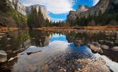 Stany Zjednoczone, Stan Kalifornia, Park Narodowy Yosemite, Dolina Valley, Drzewa, Góry, Kamienie, Odbicie, Chmury