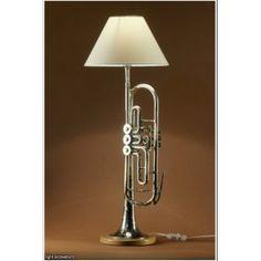 Lampa wykonana za starej trąbki