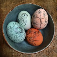 naturally colored eggs with pencil drawings / charcoal pencil, Fox. Easter Egg Crafts, Easter Art, Hoppy Easter, Easter Bunny, Easter Ideas, Painted Eggs Easter, Painting Eggs For Easter, Easter Egg Designs, Bunny Crafts
