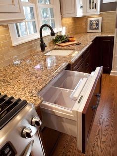 (paid link) What to Do With Brown Kitchen Cabinets #paintforkitchen #kitchencabinets #kitchen Brown Granite Countertops, Backsplash With Dark Cabinets, Granite Backsplash, Dark Kitchen Cabinets, Kitchen Cabinet Colors, Kitchen Layout, Kitchen Colors, Kitchen Backsplash, Kitchen Countertops