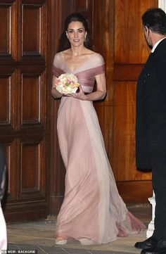 The Duchess of Cambridge wears a delicate pink Gucci gown as she leaves 100 Women in Finance event at the Victoria & Albert Museum Kate Middleton Outfits, Kate Middleton Style, Pippa Middleton, Lady Diana, Duchess Kate, Duke And Duchess, Reine Victoria, Gucci Gown, Queen Kate