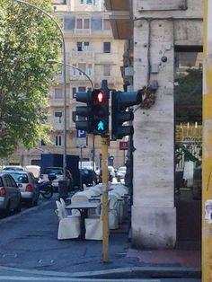 Voi attraversereste oppure no? Il semaforo indeciso di via Rimassa #Genova