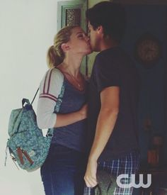 jughead and betty kiss, the vampire diares, lili reinhart and cole Cole Sprouse Abs, Dylan Sprouse, Kj Apa Riverdale, Riverdale Memes, Jughead And Betty Kiss, Dylan Y Cole, Riverdale Betty And Jughead, Zack Y Cody, Cole Spouse