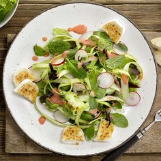 Spargelsalat mit Erdbeerdressing. Frische Spargeln treffen auf fruchtige Erdbeeren und caramelisierten Ziegenkäse. Dazu noch ein paar Brotscheiben und fertig ist das feine Frühlingsznacht.