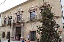 Es la casa solariega de los Mora Saavedra. Construida aproximadamente entre los años 1730 y 1750, se encuentra emplazada en la calle San Pedro y en ella intervinieron los últimos maestros lucentinos del barroco, Francisco José Guerrero y Pedro de Mena Gutiérrez.